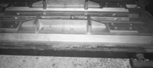 Apron feeder pans under metal mold